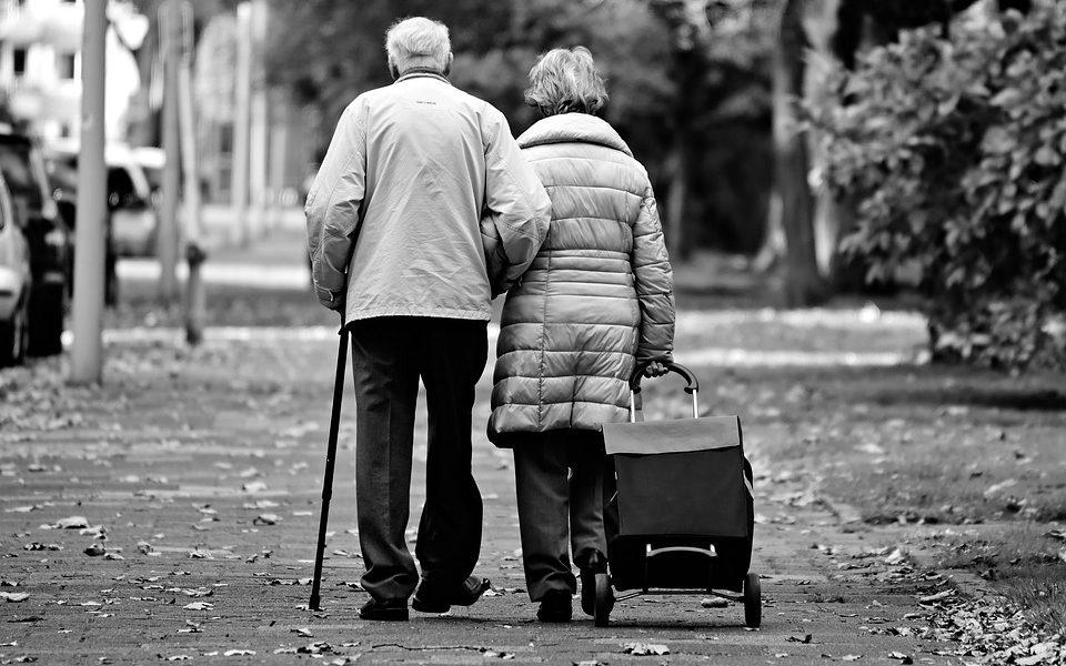 2 ældre mennesker går med stokke